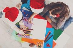 Дети писать письмо к santa, ожидание для рождества, взгляд сверху Стоковая Фотография