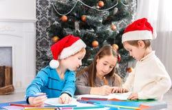 Дети писать письмо к santa, ожидание для рождества Стоковые Фото