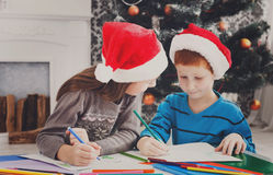 Дети писать письмо к santa, ожидание для рождества Стоковое фото RF