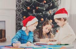 Дети писать письмо к santa, ожидание для рождества Стоковая Фотография