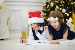 Дети пишут письма к Санта Клаусу Стоковые Изображения