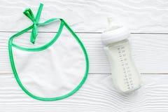 Дети подавая с формулой грудного молока или младенца напудрили молоко и bib младенца на деревянном взгляд сверху предпосылки Стоковое Фото