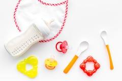 Дети подавая с формулой грудного молока или младенца напудрили молоко и игрушки младенца на белом взгляд сверху предпосылки Стоковые Изображения
