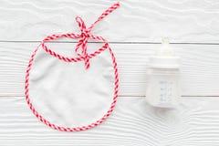 Дети подавая с формулой грудного молока или младенца напудрили молоко и bib младенца на деревянном космосе взгляд сверху предпосы Стоковое Фото