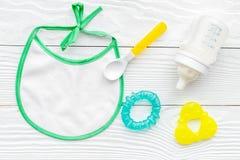 Дети подавая с формулой грудного молока или младенца напудрили молоко и игрушки младенца на деревянном взгляд сверху предпосылки Стоковое фото RF