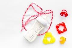 Дети подавая с формулой грудного молока или младенца напудрили молоко и игрушки младенца на белом взгляд сверху предпосылки Стоковое Фото