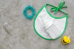 Дети подавая с формулой грудного молока или младенца напудрили молоко и игрушки младенца на сером модель-макете взгляд сверху пре Стоковое Изображение RF