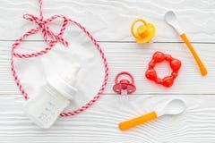 Дети подавая с формулой грудного молока или младенца напудрили молоко и игрушки младенца на деревянном взгляд сверху предпосылки Стоковые Фото