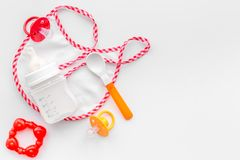 Дети подавая с формулой грудного молока или младенца напудрили молоко и игрушки младенца на белом космосе взгляд сверху предпосыл Стоковое фото RF