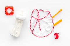 Дети подавая с формулой грудного молока или младенца напудрили молоко и игрушки младенца на белом взгляд сверху предпосылки Стоковое фото RF