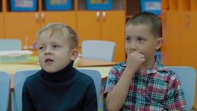 Дети получают знание и отвечают на вопросы учителя акции видеоматериалы