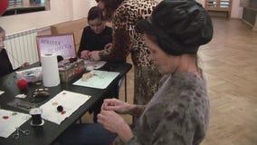 Дети помощи женщины, взрослые делают handmade шкентели на таблице хобби творение праздник сток-видео