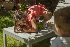 Дети портрета играя с пластичной конструкцией забавляются в саде Стоковая Фотография RF
