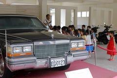 Дети посещая автомобиль Кадиллака songmeiling роскошный в гранде Стоковая Фотография RF