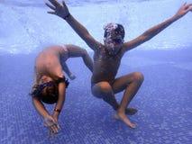 Дети подводные в бассейне Стоковая Фотография