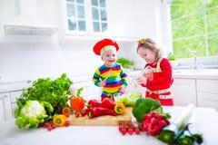 Дети подготавливая здоровый vegetable обед Стоковое Фото