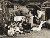 Дети получая подарки на рождество от Санта Клауса Стоковое Изображение