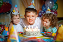 Дети празднуют день рождения стоковые изображения
