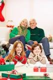 Дети празднуя рождество на дедах стоковое фото