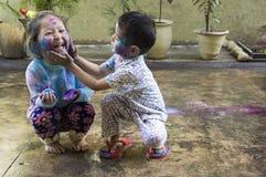 Дети празднуя Holi, фестиваль цветов стоковые изображения rf