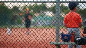Дети практикуя бейсбол на парке сток-видео
