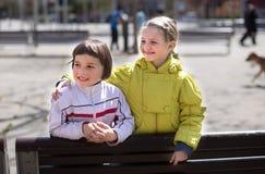 Дети представляя outdoors весной Стоковое Фото