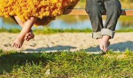 Дети приближают к траве весны ног девушки мальчика стоковое фото rf