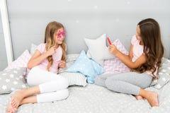 Дети принимая видео стрельбы фото Концепция фото Smartphone Пошлите фото социальную сеть используя smartphone Girlish отдых стоковая фотография rf