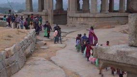 Дети пришли на путешествие сток-видео