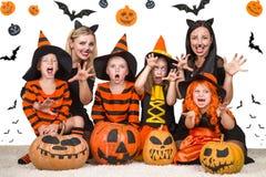 Дети при мамы празднуя хеллоуин стоковое изображение rf