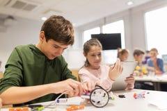 Дети при ПК таблетки программируя на школе робототехники Стоковое Изображение RF