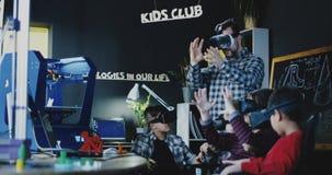 Дети при учитель исследуя технологию VR стоковое фото rf