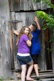 Дети пробуя раскрыть дверь Стоковое Фото