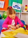 Дети производят покрашенную бумагу на таблице в детском саде Стоковые Изображения RF