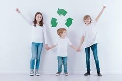 Дети против белой предпосылки стоковая фотография