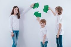 Дети против белой предпосылки стоковая фотография rf