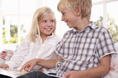 дети прочитали совместно 2 детенышей Стоковое Изображение RF