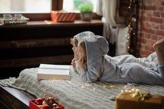 Дети прочитали большую книгу с сказами рождества Стоковые Фотографии RF