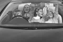 Дети путешественники счастливые друзья детей в автомобиле Стоковые Изображения