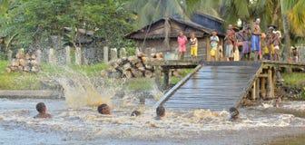Дети племени людей Asmat купают и плавают в реке Стоковое Изображение
