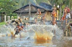 Дети племени людей Asmat купают и плавают в реке Стоковые Фото