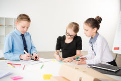 Дети работая в офисе Стоковые Изображения RF