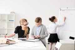 Дети работая в офисе Стоковая Фотография