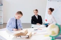 Дети работая в офисе Стоковые Фотографии RF