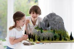 Дети работая на модельном проекте строительства для школы стоковая фотография