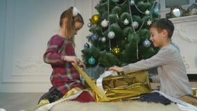 Дети распаковывают сюрприз для рождества Концепция праздников видеоматериал