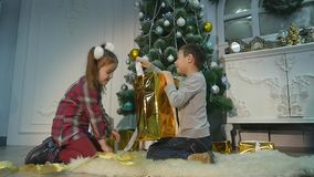 Дети распаковывают сюрприз для рождества Концепция праздников сток-видео