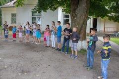 Дети располагаются лагерем игра, 6 07 2018 Украина Mervichi, счастливые дети играет на школьном дворе во время летних отпусков стоковые фотографии rf