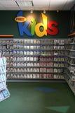 Дети распределяют на магазине видеопродукции стоковое фото