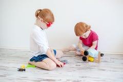 Дети ремонтируют автомобиль игрушки стоковые фотографии rf